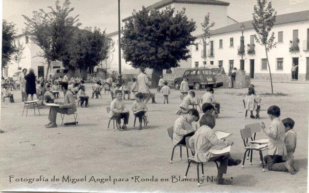 niños-en-la-alemedad-del-Barrio-san-francisco-estudiando-año-hacia-el-año-70.